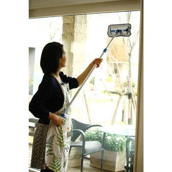 スキージーで水が切れたら、最後に雑巾で窓の四隅を拭きましょう。フローリングワイパーなど柄が長いものを使えば、手の届きにくい高所も楽に拭けます。