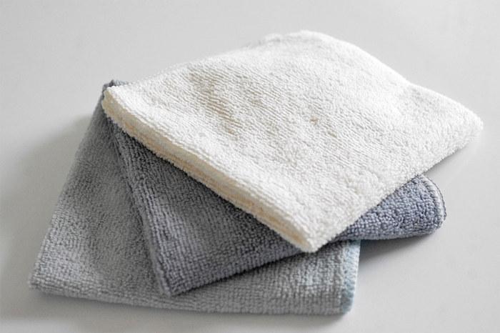 網戸の四隅の部分をマイクロファイバー雑巾で拭きましょう。拭く順番は左下→左上→右上→右下と四角を描くようにすると効率よくきれいにすることができます。