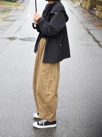ボーイッシュなコーディネートの基本はパンツスタイル。大きめサイズのパンツを穿くだけで、メンズライクなコーディネートに近づきます。