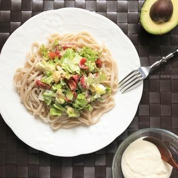 肝心な、うどんにかける「豆腐のシーザードレッシング」の作り方は・・ミキサーがある方はあっという間!  オリーブオイル・木綿豆腐・パルメザンチーズをベースに、ミキサーへ投入!さらに酢やにんにくすりおろし、塩胡椒で味付けしたら、できあがりです♪  添加物が入っていない、オリジナルの「豆腐シーザードレッシング」は、いろんな場面で活躍してくれそう。