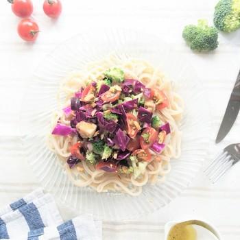 オリーブオイルに粒マスタード・レモンを加えたドレッシングで、「グリルチキン」をさっぱりいただけるサラダうどん。うどんを使っているのに、不思議とが、洋風な味わいを楽しめますよ。  本レシピでは、チキンのほか、ブロッコリーやトマト、そしてアーモンドなど、美容にいい食材をふんだんに使用。たっぷり美容と健康をチャージしてくれる、サラダボウル感覚でいただきたい一品です。