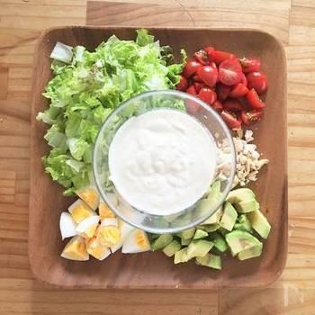 こちらは、「オリーブオイルドレッシング」ではなく「オリーブオイルを使用したソース」のため、番外編ではありますが、きっと気に入っていただける一品。  豆腐のシーザードレッシング(画像中央)をつくって、卵・アアボカド・野菜と一緒に、うどんを頂いてみませんか*  さらにカシューナッツを細かく砕いてプラス。ハワイな雰囲気ただよう具材ですね。