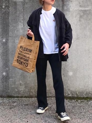 ノーカラー、オーバーサイズが特徴のブラックミリタリージャケットを羽織ったモノトーンのボーイッシュスタイル。インナーにラウンドネックの白Tシャツを合わせることで、ボーイッシュ感がより際立ちます。