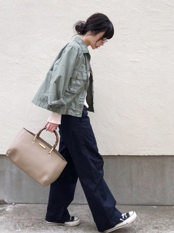 ショート丈のカーキミリタリージャケットを使用したシンプルなスタイリング。短い丈のジャケットはゆるっとしたワークパンツとの相性が抜群で、ボーイッシュコーディネート初心者の方にもオススメです。バッグで女性らしさも覗かせて♪