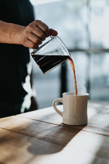 例えば「生活リズムを整える方法」について説明する場合、「結論から言うと、生活リズムを整えるには朝日を浴びることが重要です。」と、まずは生活リズムを整えるためには朝日が重要である、という結論を伝えます