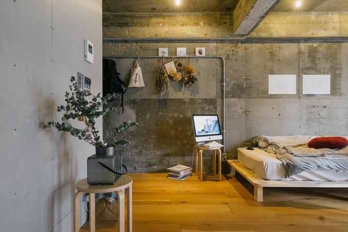 倉庫や工場のような、配管がむき出しになった天井、コンクリート壁。これらの硬質な雰囲気を和ませるために、リネンなどの天然素材の布やラグ、味わいのある木製の家具を配置して。広々としていながら、温もりあるテイストに仕上がります。