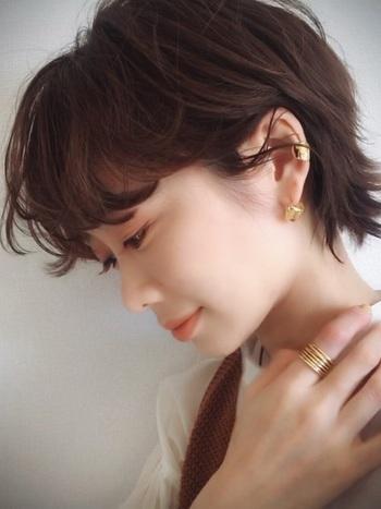 柔らかいショートヘアに、ゴールドの引き締めは抜群の効果あり。雰囲気が甘い時にプラスすると、ぐっと大人感を上げてくれます。