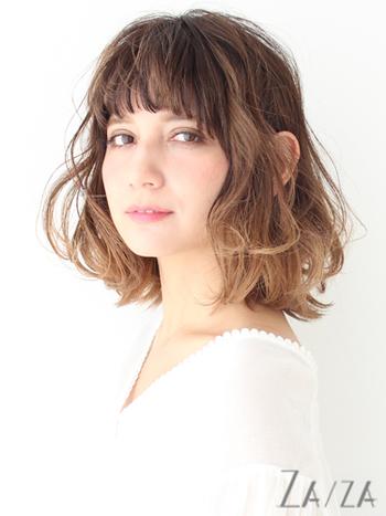 髪のボリュームを出したい方は、パーマで手軽にボリュームアップするのがおすすめです。 さらにグラデーションカラーにすると、立体感のあるヘアスタイルに。