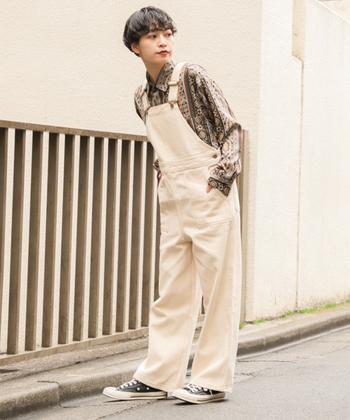 ベーシックな形のホワイトオーバーオールが爽やかなコーディネート。大胆な柄のシャツと組み合わせることによって、男の子っぽさが際立つスタイリングになります。