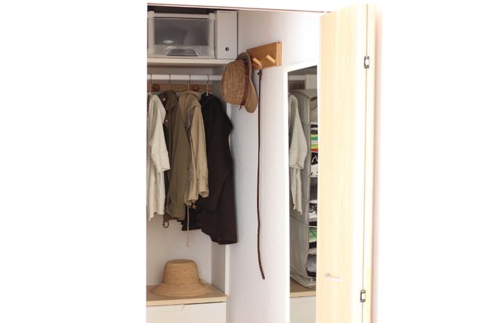 クローゼットの入口に、無印の「壁に付けられる家具・3連フック」を設置。 よく使う帽子やベルトなどを掛ければ、時間のない朝もスムーズに支度ができます。