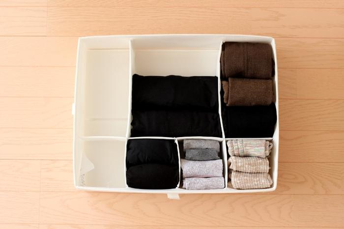 バラバラになりがちな靴下やタイツは、IKEAのSKUBBシリーズの仕切りで整理。 中が乱れることなく、キレイな状態をキープでき、見渡せるので買いすぎも防ぐことができます。
