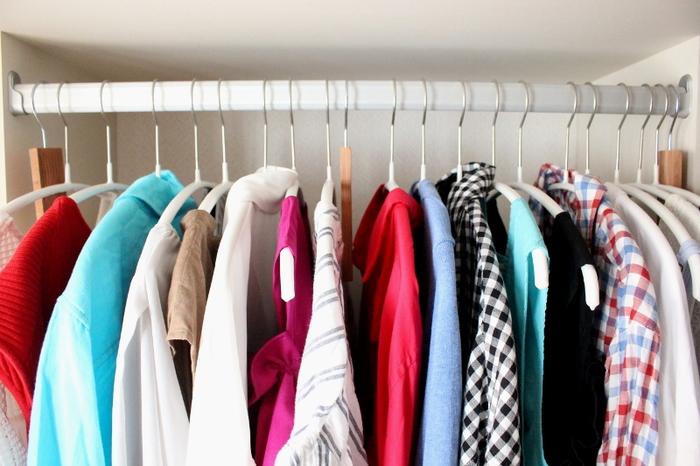 掛ける収納は畳む必要がなく、手持ちの洋服がパッと見渡せるようになるので、毎日のコーデもスムーズに決まります。 クローゼットが乱れにくいので、脱いだ服を置きっぱなしにしがち…という方におすすめの方法です。  さらにハンガーの種類を揃えておくと、見た目もスッキリ! 「MAWAハンガー」は、服がずり落ちにくくかさばらないので、多くの収納ブロガーさんが愛用しています。
