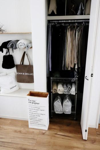 掛けるスペースが足りない場合は、よく着る洋服のみ掛けて、そうでないものは畳んで収納しても。  下のスペースを活かして、ダイソーのワゴンでカットソーなどを収納。キャスターを付けることで、取り出しやすく、床掃除もしやすくなります。