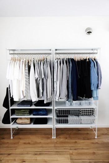クローゼットが小さい方は、無印のハンガーラックに、厳選した洋服をまとめて収納するのもおすすめです。 掛けるときは色別にすると見た目が美しく仕上がります。