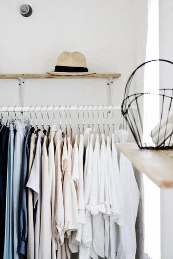 朝の服選びをスムーズにするには、どんな収納方法を実践したらいいのでしょうか? 今回はブロガーさんのアイデアを中心に、クローゼットの収納アイデアをご紹介します。