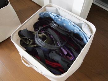 あまり使わないバッグは、まとめて畳んでボックスにイン。 普段使いのものと分けておくことが、クローゼットのスッキリに繋がります。