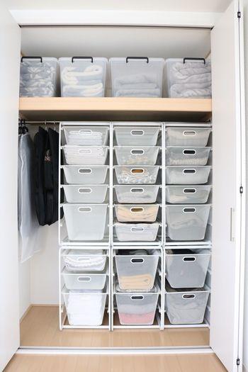こちらはIKEAの「ALGOT」という商品。 メッシュタイプでほんのり透けて見えるので、ラベリングすることなく中に入っているものがわかります。  洋服だけでなく、タオルや寝具まで収納できるのが◎