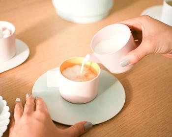 """""""1616/arita japan(イチロクイチロクアリタジャパン)""""のS&Bカラーポーセリンシリーズで楽しむティータイム♪ 淡く柔らかな色彩は、テーブルに春の空気を運んできてくれます。フラットな雰囲気が心地よいモダンな有田焼。 """"1616/arita japan""""の有田焼のコーヒーカップは、有田焼の伝統的な淡く繊細な彩りをそのままに、繊細な着色で、眺めているだけで、心が和む優しい雰囲気です。繊細なグラデーションや色むらの無い仕上がりは、エアブラシによるものだそうで、伝統的な有田焼でありながら、現代に自然と馴染む、新しさも感じさせてくれます。"""