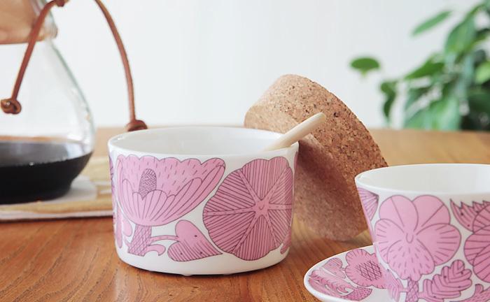 """スウェーデンの老舗陶磁器メーカー""""GUSTAVSBERG(グスタフスベリ)のAPRIL(アプリール)は、日本の人気作家、鹿児島睦さんとのコラボレーションにより生まれたシリーズ。まさにヴィンテージになるまで愛したい素敵なアイテムです。 鹿児島さんの魅力である生き生きとしたタッチで描かれた草花の模様が、上品な白磁に映え、特別感いっぱいです。"""
