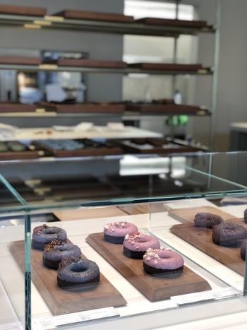 永田町の駅近くにある隠れ家的な焼き菓子店「hocus pocus(ホーカスポーカス)」。スタイリッシュな店内にまるでケーキのようなおしゃれなドーナツが並びます。
