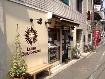 国分寺にある「LEONE DOUGHNUTS(レオーネドーナツ)」は焼きドーナツの専門店。保存料、着色料、ベーキングパウダー不使用で作られた、シンプルで優しい味わいのドーナツがいただけます。