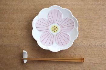 サイズは、6寸程の大きさなので、取皿としては勿論、ケーキや和菓子をのせたて、おやつ皿として使ったり、常備菜を盛りつけて副菜用の器として使ったりと、幅広い用途で活躍してくれそうです。