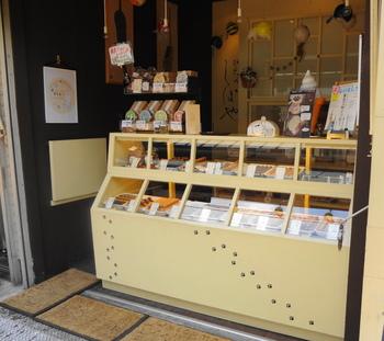 なんともかわいらしい猫の足跡が目印の「やなかしっぽや」は、谷中銀座商店街にあるスティック焼きドーナッツの専門店です。