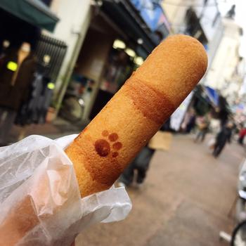こちらの焼きドーナツはすべて、猫のしっぽがモチーフになったキュートな形状。チョコ味やメープル味など、常時15種類ほどが店先に並びます。ぶらりとお散歩しながら食べるのにもちょうどいいサイズ感ですよね。
