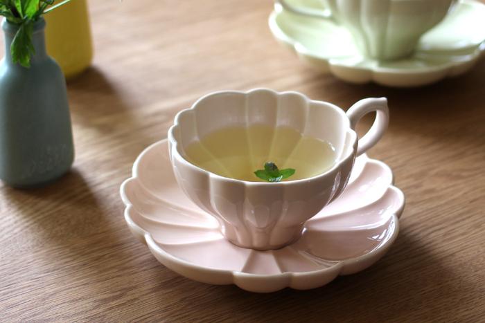 """フランス語で「花束」という意味を持つ""""ルブケ""""のカップ&ソーサーは、美しい装飾が施され、まるで大輪の花がそこに咲いているかのよう。カップにお茶を注ぐと、さらにカップの中に花の形が浮かび上がり、私たちの目を楽しませてくれます。デザインのベースになっているのは、ヨーロッパのアンティーク食器で、エレガントな雰囲気によく合う淡いペールピンクのカラーも、とっても優し気。素敵なカップを片手に過ごすティータイムは、きっと優雅なひとときに…。"""