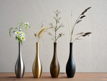 落ち着いた独特の風合いが特徴の「能作」の真鍮製のフラワーベース、曽呂利(そろり)です。和室はもちろん、モノトーンのお部屋に飾ってもお洒落になりそう。小ぶりなので、気軽に野花を飾ってもサマになりそうです。
