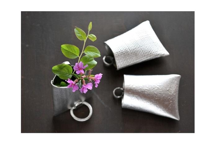 本錫100%のフラワーベースです。本錫には抗菌性があり、切り花が長持ちすると言われています。シンプルな見た目ですが、重厚感があり、お花本来の色彩を楽しむことができそう。壁に掛けて小さな野花を飾りたいですね。別売りの箸置きを使うと、置き型の花器にもなります。