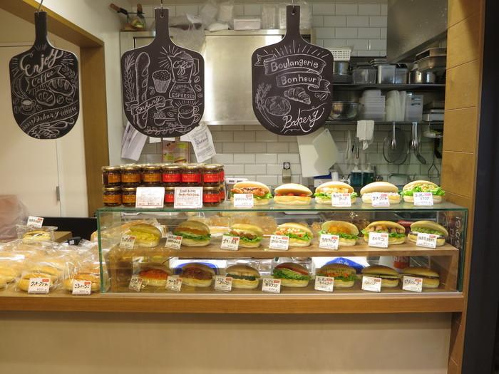サンドイッチとしてご紹介するのは、コッペパンに具材を挟んだコッペパンサンド。カウンターには、お食事系やおやつ系などサンプルが並んでいます。種類が豊富で、どれにするか迷ってしまうほど。
