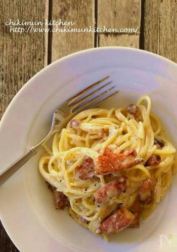 カルボナーラの魅力が存分に味わえる、シンプルなレシピもおさえておきたいところ。 パンチェッタや厚切りベーコンをカリカリになるまで炒めて、旨味を引き出すのもポイントです◎