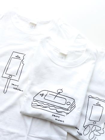 アーティストの「加賀美 健」さんがデザインした手描きイラストを、真っ白のTシャツにプリント。チップス・アイスクリーム・サンドウィッチという3つのフードをスマートフォンと組み合わせた、思わずクスッと笑みがこぼれるアイテムです。