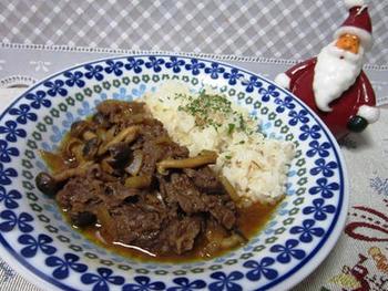 本場風というよりは、ちょっと日本的なホッとする味わいの「ビーフストロガノフ」も作れますよ。  ポイントは、牛肉や玉ねぎと一緒に煮込むタレ(ケチャップ1:中濃ソース1の割合)をつくるのですが、さらに、バターもちょっと加えること。香り豊かな、風味付けになります。
