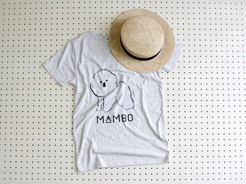 イラストレーターの「塩川いづみ」さんが描いた、細い線が印象的な犬のゆるイラスト。フレアスカートやワイドパンツに合わせて、リラックスタイムに着たくなる大人可愛いTシャツです。