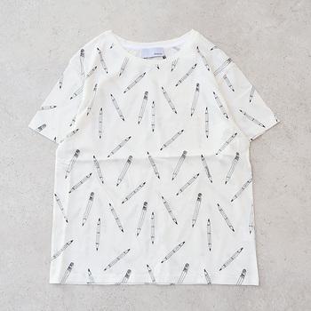 鉛筆の柄が刺繍で散りばめられた、ちょっぴりユニークな総柄Tシャツです。ゆったりと着られるサイズ感なので、タイトなボトムスと合わせてカジュアルに着こなすのがおすすめ♪