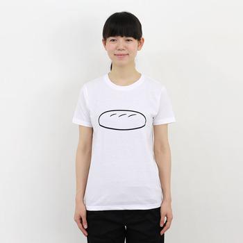 イラストレーターの「Noritake(ノリタケ)」さんが手がけた、真っ白Tシャツにパンのイラストが描かれたアイテムです。シュールだけどどこかキュートな、大人の遊び心たっぷりな一枚ですよね♪