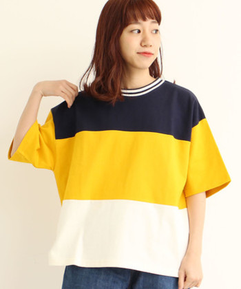 幅広のボーダーデザインが、スポーティーな雰囲気を演出できるゆったりTシャツ。ボーイッシュなテイストにぴったりなアイテムですが、あえてスカートと合わせる着こなしもおしゃれにきまりますよ。