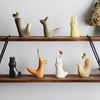 アーティストで陶芸家の鹿児島睦さんが原型をデザインし、スウェーデンの「keramikstudion社(ケラミックステュディオン)」で作られた、動物をモチーフにした愛らしいフラワーベースです。En Liten Vanは「小さな友達」という意味なのだそう。そのまま飾ってもかわいく、お花を添えたらさらに空間が明るく華やかになりそうですね。