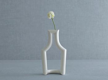 徳田裕子さんデザインによる、「リキュールを入れた小瓶がモチーフ」のフラワーベースです。印象的でありながら圧迫感のないデザインと清潔感ある白さで、シンプルなお部屋にもすっと馴染みます。