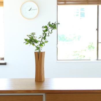 現代の生活に合う美しい竹製品を作る「TEORI(テオリ)」の一輪挿し・LINは、お花を活けると、まるで竹から新しい芽が出てきたかのように見えるデザインがかわいい。竹を使っているので、洋室だけでなく和室や和テイストのインテリアとも相性抜群です。