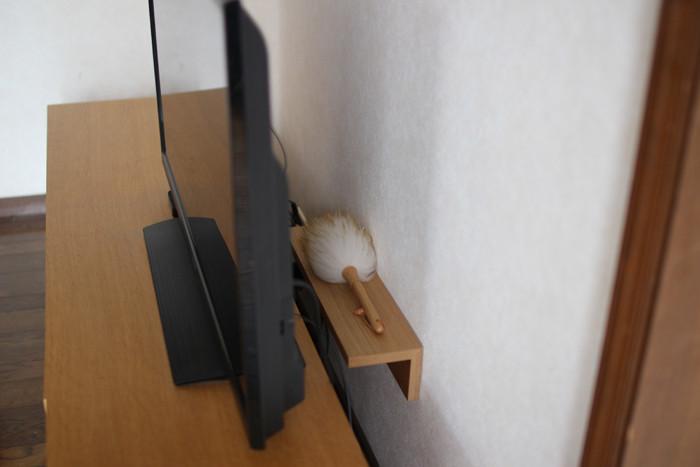 さらに、無印良品の「壁に付けられる棚」を、テレビの後ろに設置。そうすると、自然と棚が黒いコードの目隠しに…。 棚の上にはダスターを置き、テレビ裏の埃を取る時にもとってもスムーズ。すぐにでも真似したくなる素敵なアイデアですね!