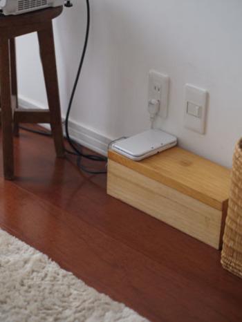 また、こちらのブロガーさんは、普段から、基本的にコードは壁に沿わせ、コンセントタップと共に、ケーブルボックスの中に入れるようにしているそうです。インテリアにマッチするナチュラルな木製のボックスがとってもお洒落!