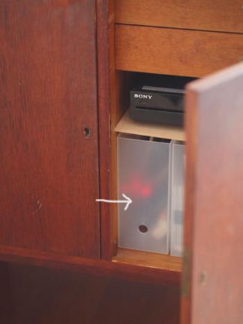 ブルーレイとスタンドライトのコードとコンセントタップは、 チェストの背面に穴をあけ、チェストの中に収納。