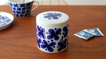 """1951年から販売をスタートし、1980年代に生産が終了した「Rorstrand(ロールストランド)」を代表するシリーズ""""Mon Amie(モナミ)""""。2010年に新たなデザインで復活し、白地にブルーの爽やかなデザインが特徴となっています。 こちらは蓋にパッキンが付いていない陶器製のジャーなので、キャンディや角砂糖など、密閉をしなくてもOKなものを保存するのにおすすめ。"""