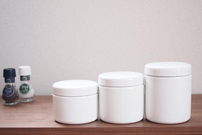 """「野田琺瑯」の、茶筒のような形をしたシンプルな保存容器""""TUTU(ツツ)""""。シール蓋と琺瑯蓋が二重になっている仕様なので、湿気や乾燥を防ぎたい食品もしっかり密閉して保存できます。琺瑯は酸に強くニオイも付きにくい素材なので、保存容器としてはとても優秀なんです。"""