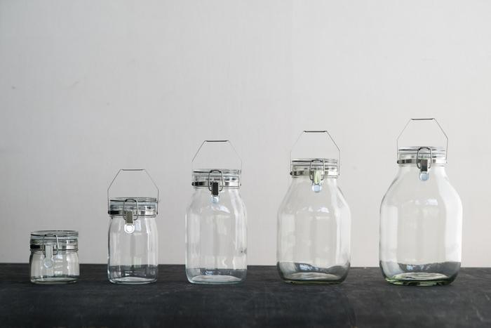 優れた耐久性を誇り、脱気機能でサビにくいステンレスを採用している日本製のガラス保存瓶です。シンプルでスタイリッシュな見た目は、サイズ違いで揃えたくなるキュートさですね。食品の保存だけでなく、漬物や果実酒、手作りジャムなどをおしゃれに作ることができる実用的なアイテムです。