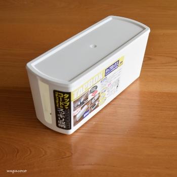 こちらがセリアのタップボックス。 配線が出し入れしやすいように、きちんと切り込みも施されていて優秀◎。