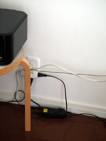 リビングで使用しているパソコンとプリンターの配線。このとおり、ごちゃつきがち…。